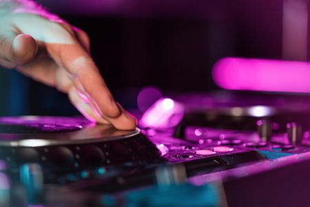 DJ-geluidsapparatuur bij nachtclubs en muziekfestivals, EDM, toekomstige house-muziek, enzovoort. Partijenconcept, correcte techniek. DJ speelt op de beste, beroemde cd-spelers.