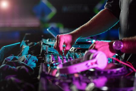DJ geluidsapparatuur in discotheken en muziekfestivals, EDM, toekomstige house muziek en ga zo maar door. Partijen concept, geluid techniek. DJ spelen op de beste, beroemde cd-speler.