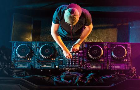 ハンサムな DJ パーティー中に CD プレーヤーで再生します。