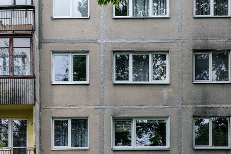 Facade of social housing in a residential area of ​​the city. Close-up. Banque d'images