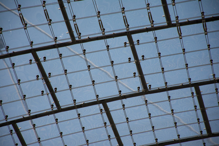 high ceiling: The roof of the business center. Transparent sky ceiling. Geometric high ceiling with a skeleton