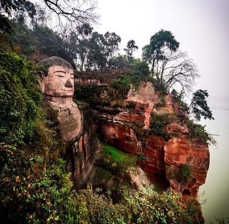 Leshan, 중국에서 부처님 동상보기. Leshan Buddha는 높이가 71 미터 인 세계에서 가장 큰 부처 상입니다.