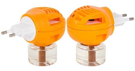 fumigador: Dos closeup naranja fumigadores con frasco con repelente antimosquitos aislado en blanco Foto de archivo