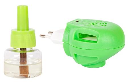 fumigador: Fumigador verde y botella repelente aislado en blanco