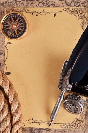 pluma de escribir antigua: antiguo mapa con la pluma y la tinta