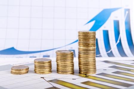letra de cambio: Diagrama de negocios sobre el informe financiero con monedas