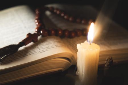 Vela con incienso y libro sagrado Foto de archivo - 46808424