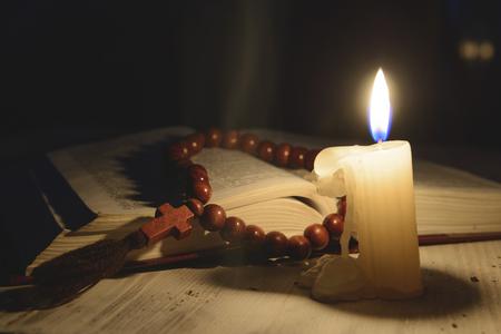 arrepentimiento: vela tema religioso con incienso y libro sagrado Foto de archivo