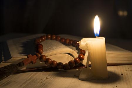 sacerdote: vela tema religioso con incienso y libro sagrado Foto de archivo