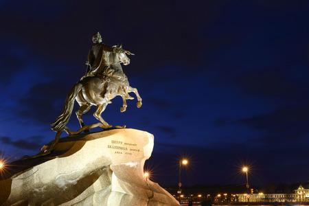 uomo a cavallo: Il Cavaliere di bronzo un monumento a Pietro 1 a San Pietroburgo