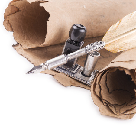 pluma de escribir antigua: tinta la pluma sobre un fondo blanco