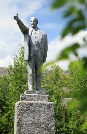 desolacion: The statue of the Soviet leader V.I. Lenin in an abandoned city
