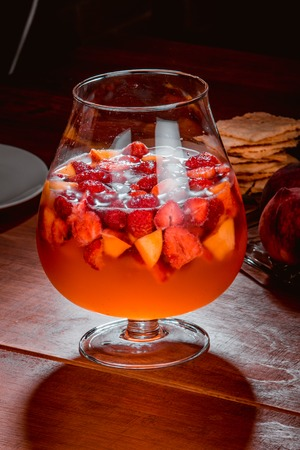 berry punch in a glass goblet Banque d'images