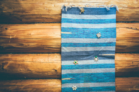 blue homespun rug on the log wall in old wooden house 版權商用圖片