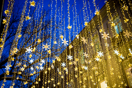 guirlandes dans le bleu du ciel du soir Banque d'images