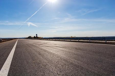 cielos abiertos: Nueva carretera de asfalto y el cielo Foto de archivo