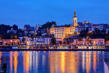Panorama van Belgrado in de nacht met rivier de Sava Stockfoto - 36459254