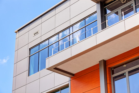 construcci�n: detalles de la fachada de aluminio y paneles de aluminio Editorial