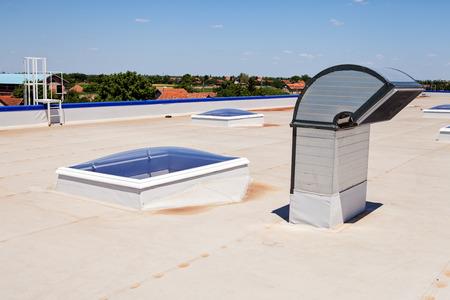 Toit plat avec puits de lumière et d'électricité membranes d'isolation Banque d'images