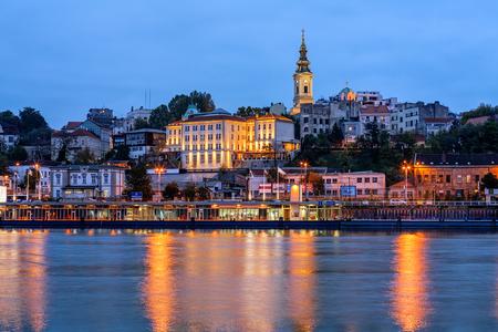Panorama van Belgrado in de nacht met rivier Sava Stockfoto - 84658592