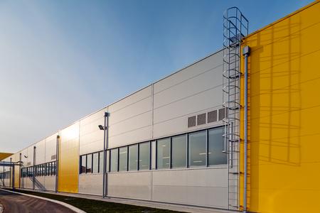 アルミのファサードとパネル産業会館