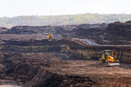 중장비가있는 석탄 광산 채굴장
