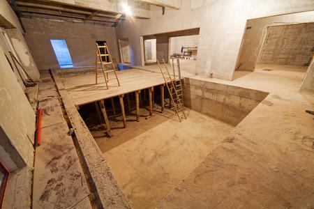 콘크리트 벽을 가진 미완성 주거 단지 스톡 콘텐츠 - 85158079