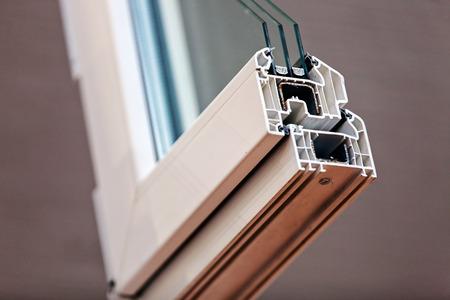 Taglio del profilo della finestra con metallo, vetro e isolamento