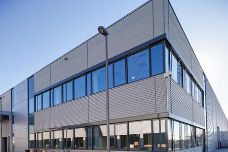 Details van aluminium gevel en aluminium panelen op industriële gebouw Stockfoto - 85010297