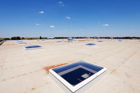 Vlak dak met dakraam en hydroisolatie membranen Stockfoto