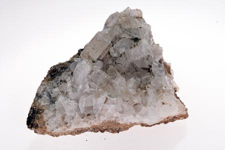 흰색 배경에 colemanite 미네랄