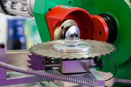 máquina con cuchilla de metal para cortar madera; tenga en cuenta la profundidad de campo