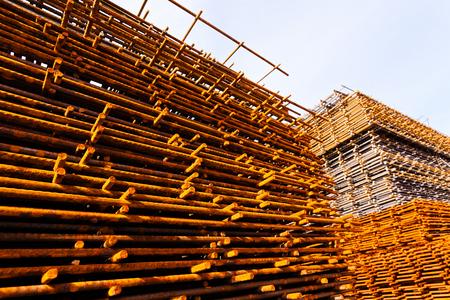 건설 현장, 하늘 백그라운드에서 녹슨 강철 프레임