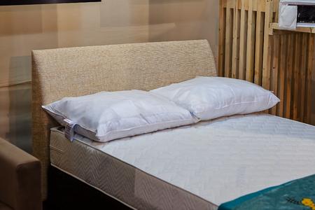 가구 박람회에서 더블 침대 전시, 얕은 피사계 심도 기록
