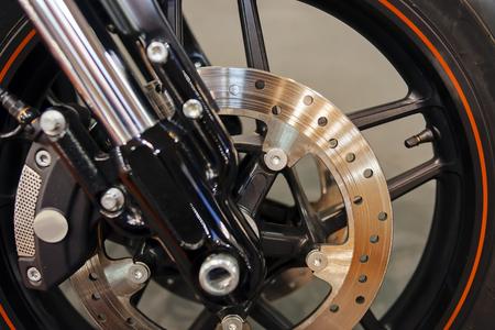 Foto van het staalmechanisme van het close-up motorfietswiel; noteer ondiepe scherptediepte Stockfoto