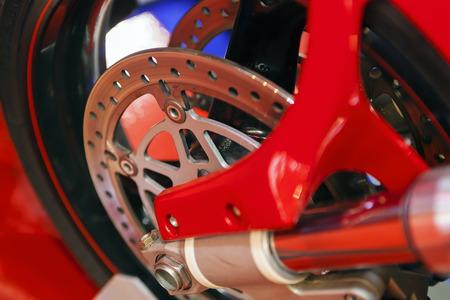 Foto van close-up motorfiets wielstaal mechanisme; let op ondiepe scherptediepte