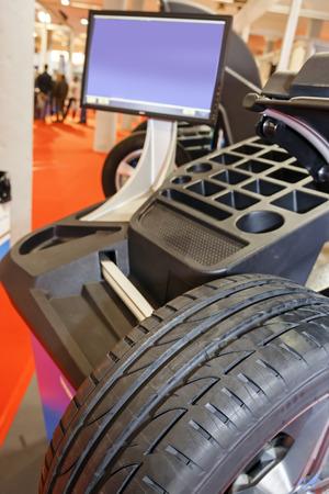 Gevorderde auto service station en diagnostische apparatuur; let op ondiepe scherptediepte
