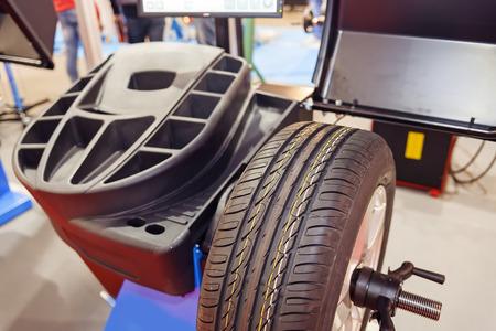 Autowiel-servicestation en diagnostische apparatuur; noteer ondiepe scherptediepte