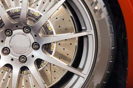 Stalen detail binnenkant van auto wiel; noteer ondiepe scherptediepte Stockfoto