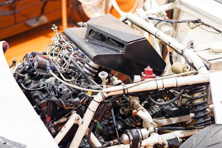 Een detail en een deel van de motor van een auto; noteer ondiepe scherptediepte