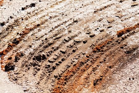 zand en grind met bandenpaden in de bouw