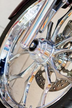 Verchroomde details van het voorwiel van de motor