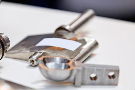 Eén detail en onderdeel van de nieuwe industriële motor van staal; let op ondiepe scherptediepte