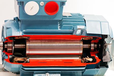 Moteur électrique et puissant dans la salle industrielle moderne d & # 39 ; équipement Banque d'images - 86440094