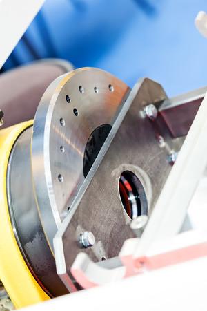Eén detail en onderdeel van de nieuwe industriële motor van staal; let op ondiepe scherptediepte Stockfoto - 89248371