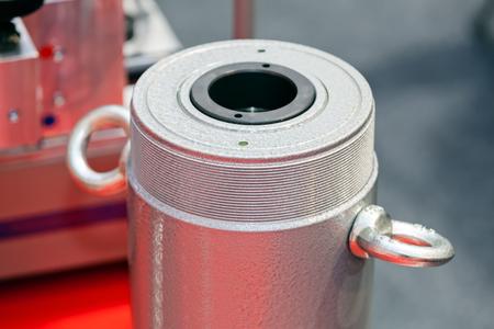 Eén detail en onderdeel van de nieuwe industriële motor van staal; let op ondiepe scherptediepte Stockfoto - 89248379