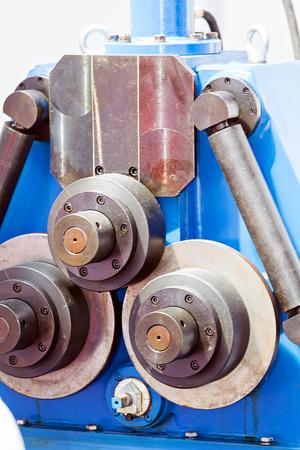Eén detail en onderdeel van de nieuwe industriële motor van staal; let op ondiepe scherptediepte Stockfoto - 89248400