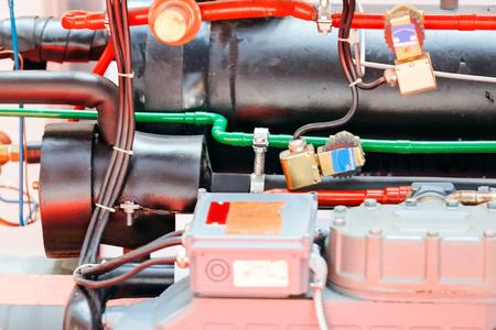 Tentoonstelling van motoren voor installatie; let op ondiepe scherptediepte