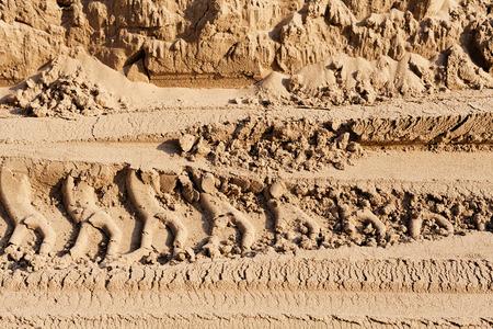 bandensporen in het zand