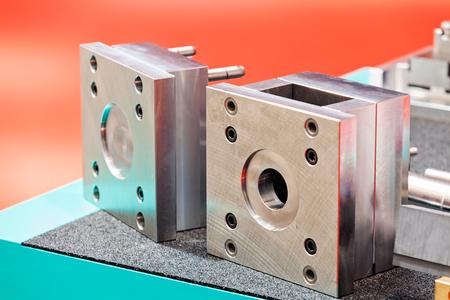 Eén detail en onderdeel van de nieuwe industriële motor van staal; let op ondiepe scherptediepte Stockfoto - 89248463